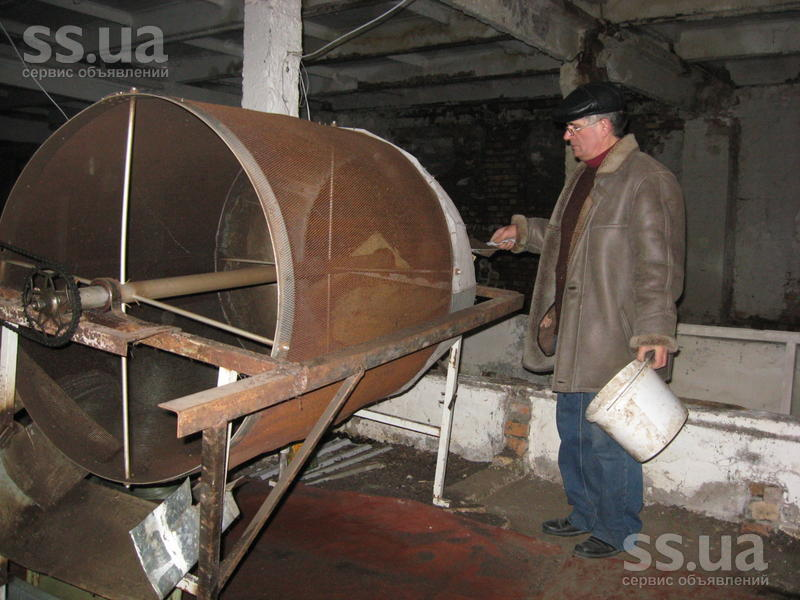 При промышленных объёмах отделяется червь и просеивается биогумус с помощью центрифуги.